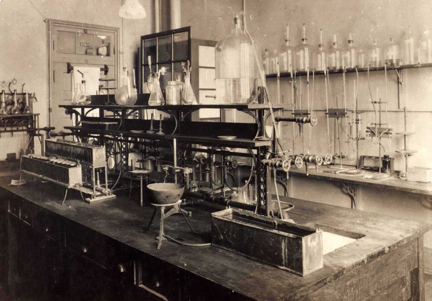 Photograph of laboratory 221 in the Old Medical Building, University of Toronto. This was the laboratory in which Banting and Best carried out some of their research in 1921-22. Courtesy Thomas Fisher Rare Book Library, University of Toronto. Banting Collection. P10043.